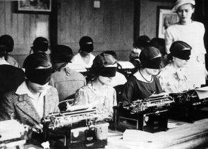 ورود زنان به جهان کار با ماشین تحریر